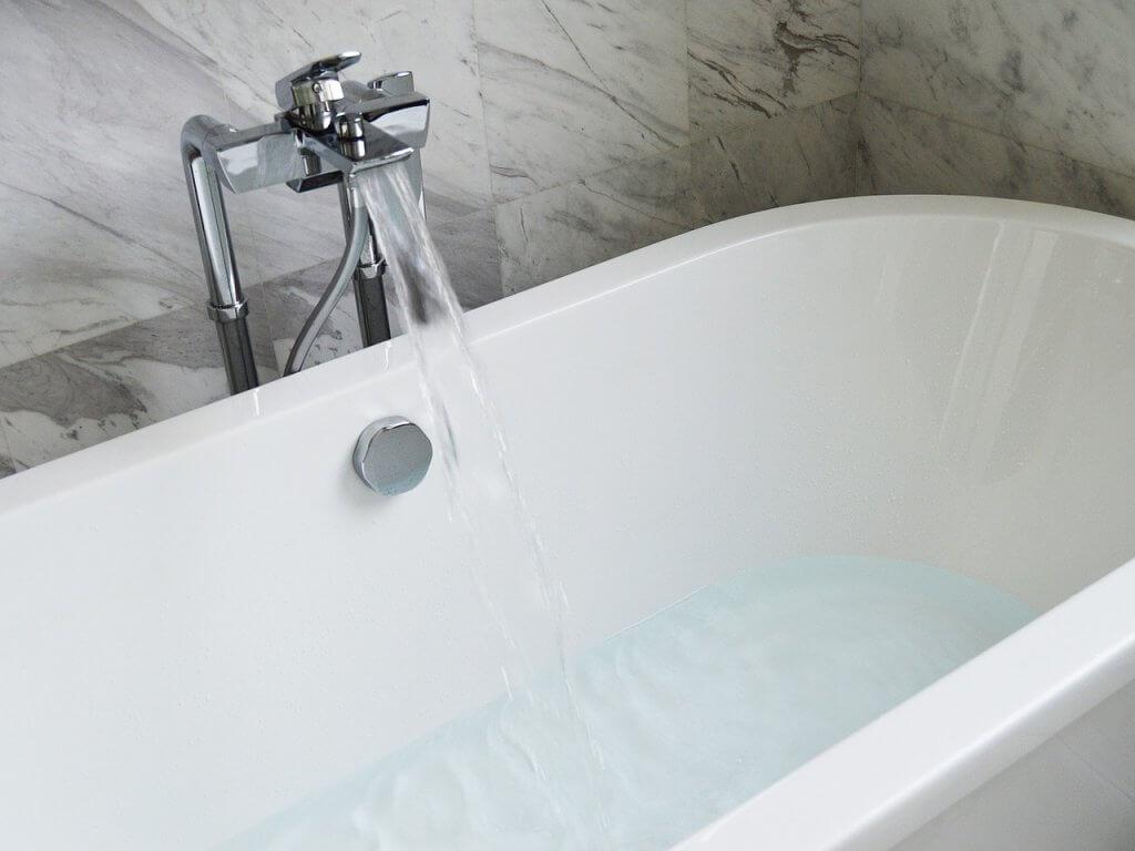 USE-ESSENTIAL-OILS-IN-A-BATH