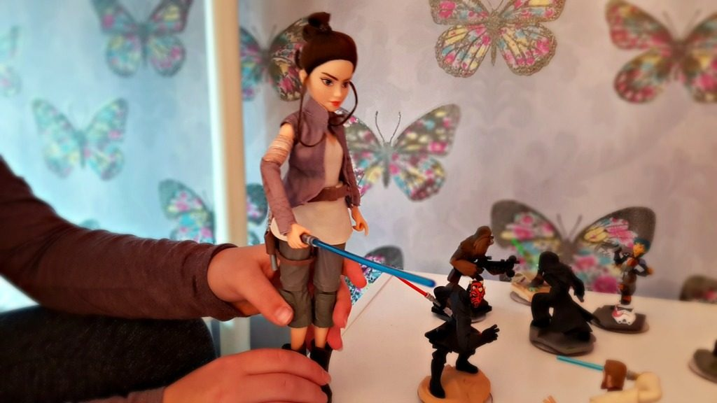 foreces of destiny rey doll with legs squeezed to show lightsabre movement
