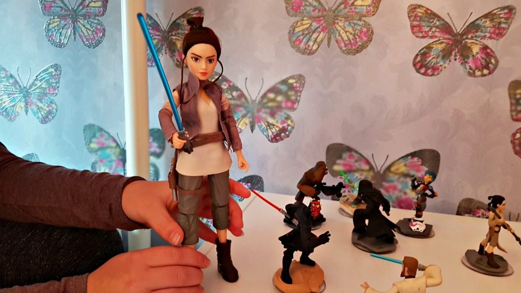 forces of destiny rey doll with legs apart to show lightsabre movement