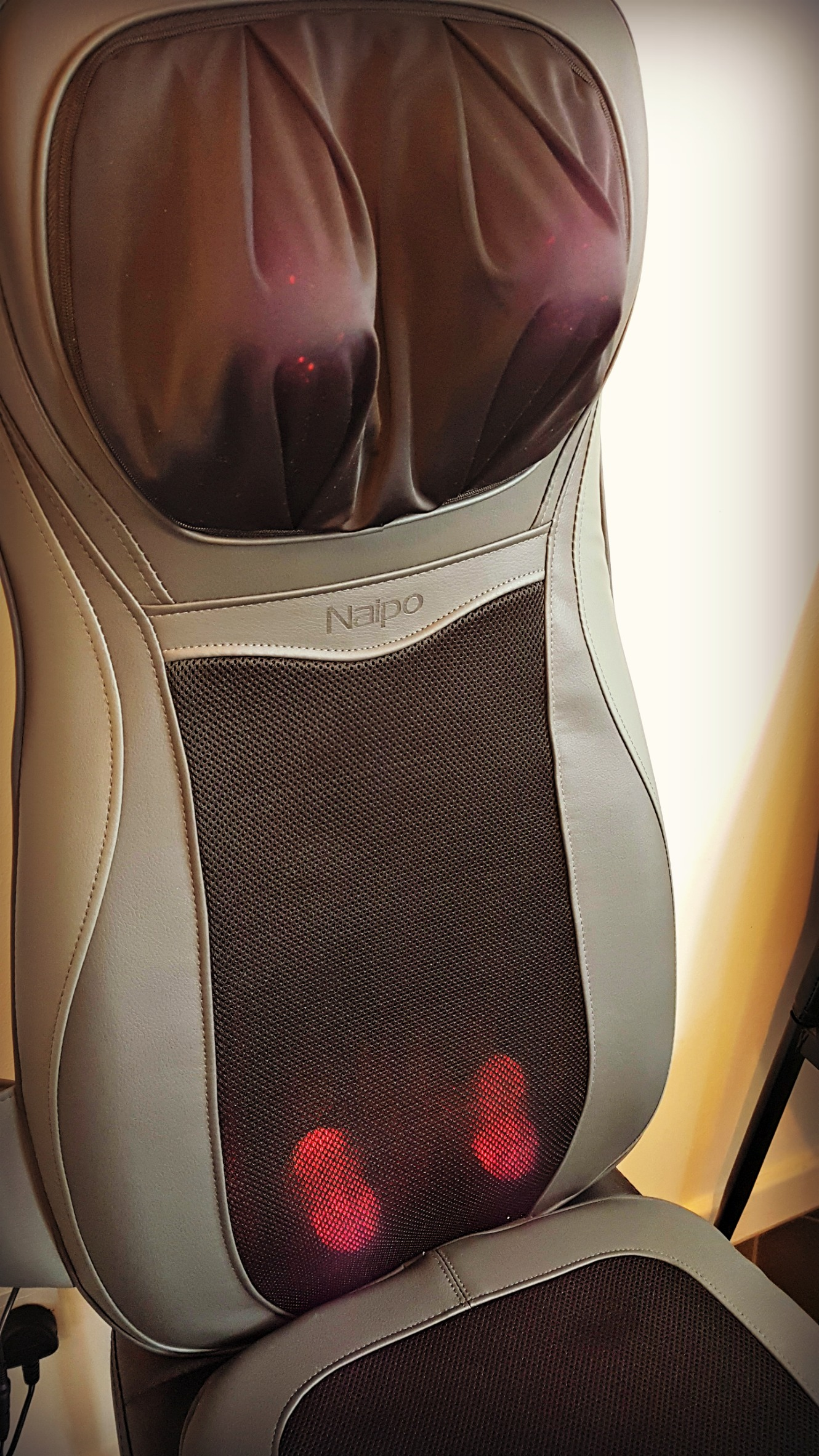 naipo back massager with nodes active and heat function switched on